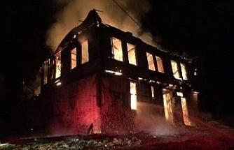 Bolu'da 2 katlı ahşap ev yangında kül oldu