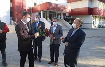 Kaymakam Gürçam, öğretmenleri güllerle karşıladı