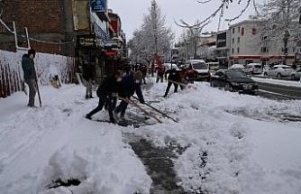 Belediye ekiplerinden kar mesaisi