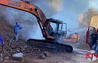 Belediyeye ait iş makinesi yandı