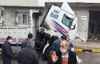 Donan yakıt deposunu ısıtmak isterken kamyonu küle dönüyordu