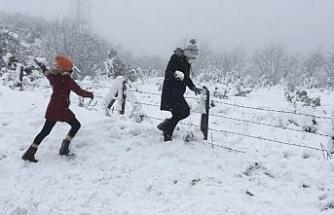 Kar keyfini oyun havaları eşliğinde çıkardılar