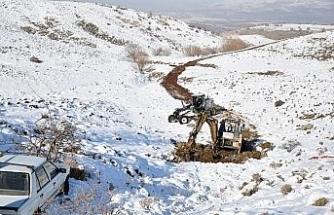 Kaza yapınca mahsur kalan aracı belediyesi ekipleri kurtardı