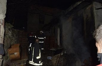 Kediler için yaktığı ateş evini kül etti
