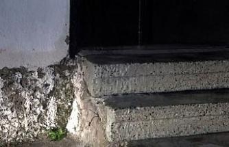 Metruk binada su boruları patladı, apartman suyla doldu taştı