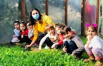 Mezitli'deki çocuklar yetiştirdikleri ürünlerin ilk hasadını yaptı