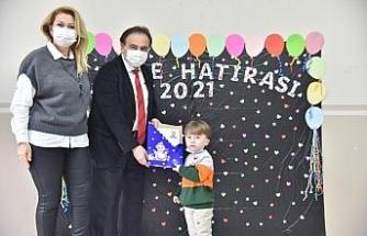Minik öğrenciler karnelerini Başkan Şahin'den aldılar