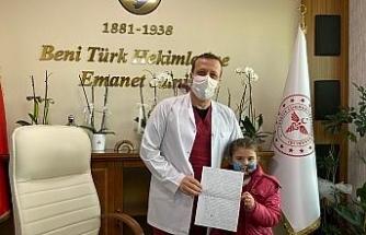 Minik yüreğinden geçenleri sağlık çalışanları için yazdı