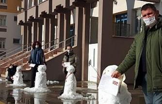 Öğrenciler olmayınca öğretmenler kardan adamlara karne verdi