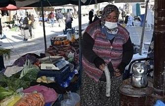 Pazarcı esnafı soğuktan korunabilmek için pazara soba kurdu