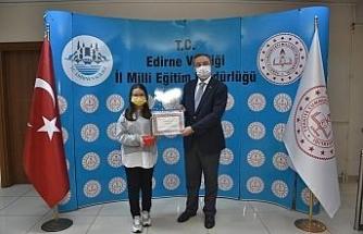 'Peygamberimiz ve çocuk' temalı şiir yarışmasında dereceye giren öğrenciler ödüllerini aldılar
