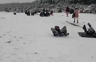 Poşetle kaydılar...Kar keyfini çocuklar çıkardı