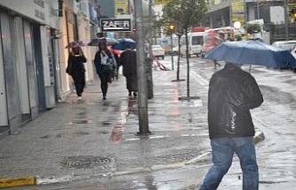 Sağanak yağış Balıkesir'de etkisini göstermeye başladı.