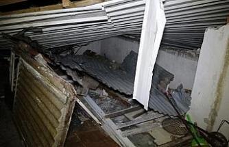 Şiddetli lodos evin çatısını uçurdu, 1 araç zarar gördü