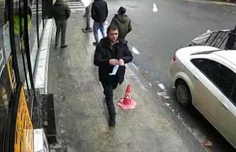Şişli'de bir kişinin başına buz sarkıtı düştüğü an kamerada