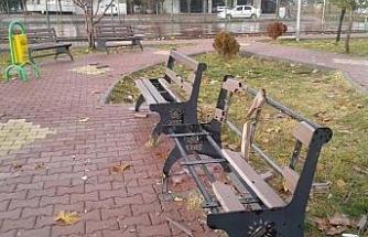 Sorumsuzlar çocuk parkına zarar verdi