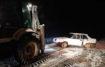 Tekirdağ'da karlı yolda sürücülerin zor anları