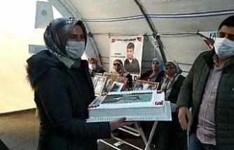 Evlat nöbetindeki ailelerin Cumhurbaşkanı Erdoğan için hazırlattığı pasta, Çocuk Evine gönderildi