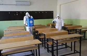 Haliliye'de okulları dezenfekte ediyor