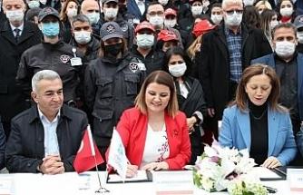 İzmit Belediyesi'nde toplu iş sözleşmesi imzaladı