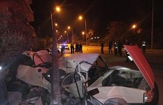 Kontrolden çıkan otomobil önce çöp konteynerine ardından direğe çarptı: 1 ölü