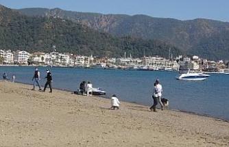 Marmaris'te sıcak havayı gören sahile indi