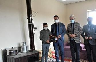 Öğrencilere tabletleri evinde teslim ediliyor