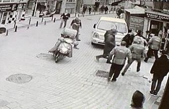 (Özel) Beşiktaş'ta nefes kesen kovalamaca: Polisten kaçan şüpheliye vatandaştan darp kamerada
