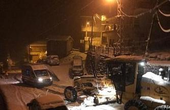 Rize'de kar nedeniyle yolda kalan ambulansın imdadına İl Özel İdare ekipleri yetişti
