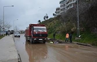 Sinop'ta yol çöktü, su borusu patladı