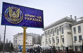 """Ukrayna'da Rusya Büyükelçiliği önündeki reklam panolarına """"Kırım Ukrayna'dır"""" afişleri asıldı"""