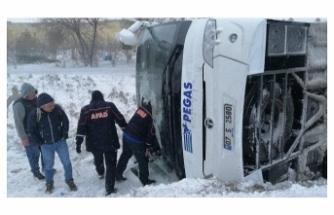 2 tur otobüsü şarampole devrildi: 1 ölü, 46 yaralı