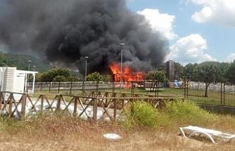 Ahşap tesis çıkan yangında küle döndü