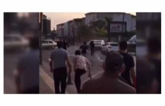 Drift yaparken kaza yaptı, mahalleli saldırınca arkadaşı otomobili üzerlerine sürdü