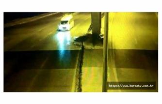 Karşı şeride geçen otomobilin minibüsle çarpışma anı kamerada