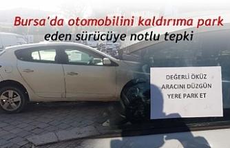 Bursa'da otomobilini kaldırıma park eden sürücüye not yazıp tepki gösterdi