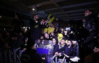 Fenerbahçeli taraftarlardan sarı-lacivertli takıma destek (FOTOĞRAFLAR)