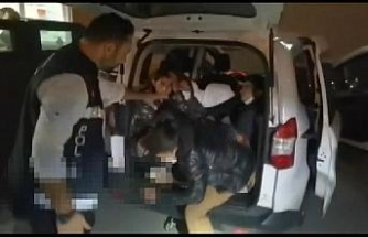 Hafif ticari araçtan 10 kaçak göçmen çıktı