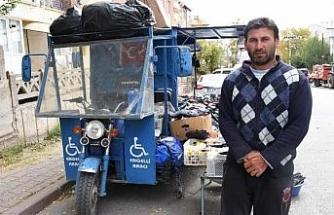 Halter rekortmeni bedensel engelli Mehmet, pazarda çorap satıyor