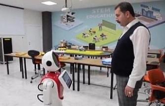 Havacılık ve Bilim Merkezi'nde bulunan 'Ada' robot, protokol karşısında oynadı