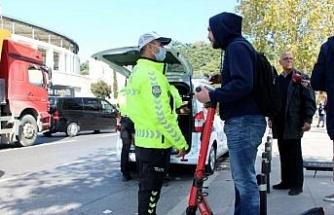 Kaldırımdan giden, yük taşıyan scooter kullanıcılarına ceza yağdı