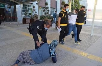 Otomobil çalan oğluna adliye çıkışı saldırıp, tepki gösterdi