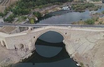 Tarihi köprünün yanına sonradan inşa edilen köprünün kaldırılmasını istiyorlar