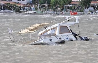 The boat sunk during the storm in Datca, on camera