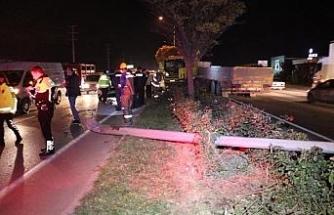 TIR'ın devirdiği elektrik direği iki araca çarpıp, bir minibüsün ön camından girdi
