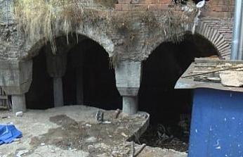 Fatih'te tarihi sarnıç çöplüğü döndü