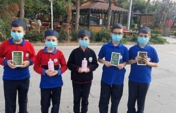 Mardin'de imam hatip öğrencileri Mevlid-i Nebi Haftası nedeni ile kitap dağıttı
