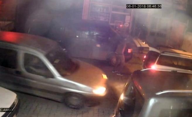 Hırsızlar güvenlik görevlisini bıçakla kovaladı, kameralar kaydetti