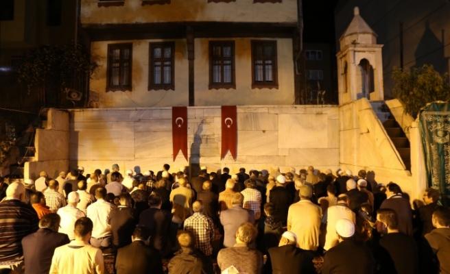 Bursa Büyükşehir Belediye Başkanı ilk teravihi Namazgah Mescidi'nde kıldı