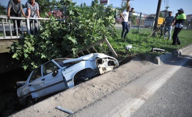 TIR'ın sıkıştırdığı otomobil köprüden uçtu